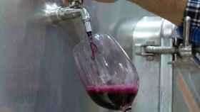 Llenado de una copa de vino en las bodegas de Barón de Ley.