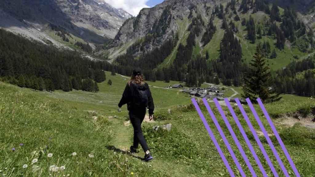 Una mujer camina por un valle.