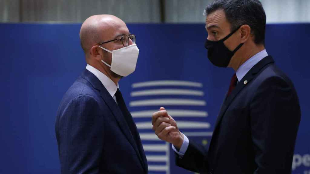 Pedro Sánchez conversa con Charles Michel
