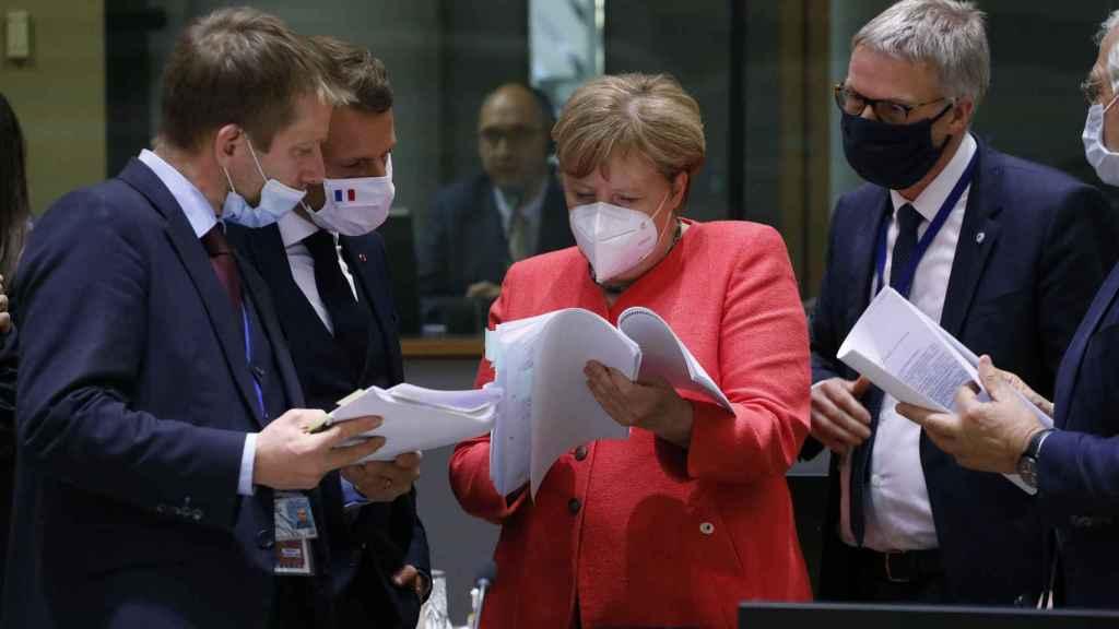 Emmanuel Macron y Angela Merkel estudian la propuesta final