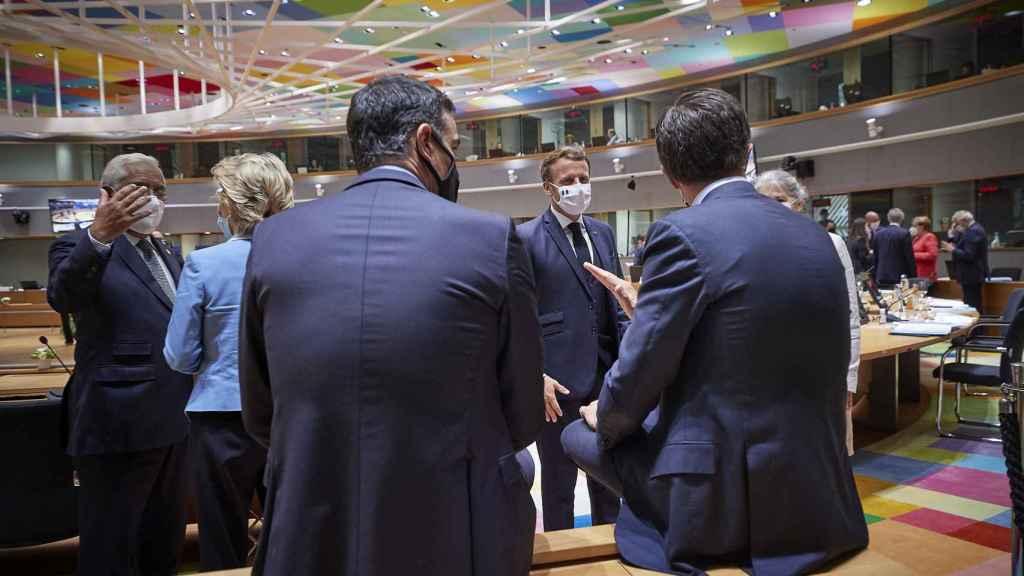 Pedro Sánchez, Mark Rutte y Emmamuel Macron, este lunes en la última sesión de la cumbre de la UE