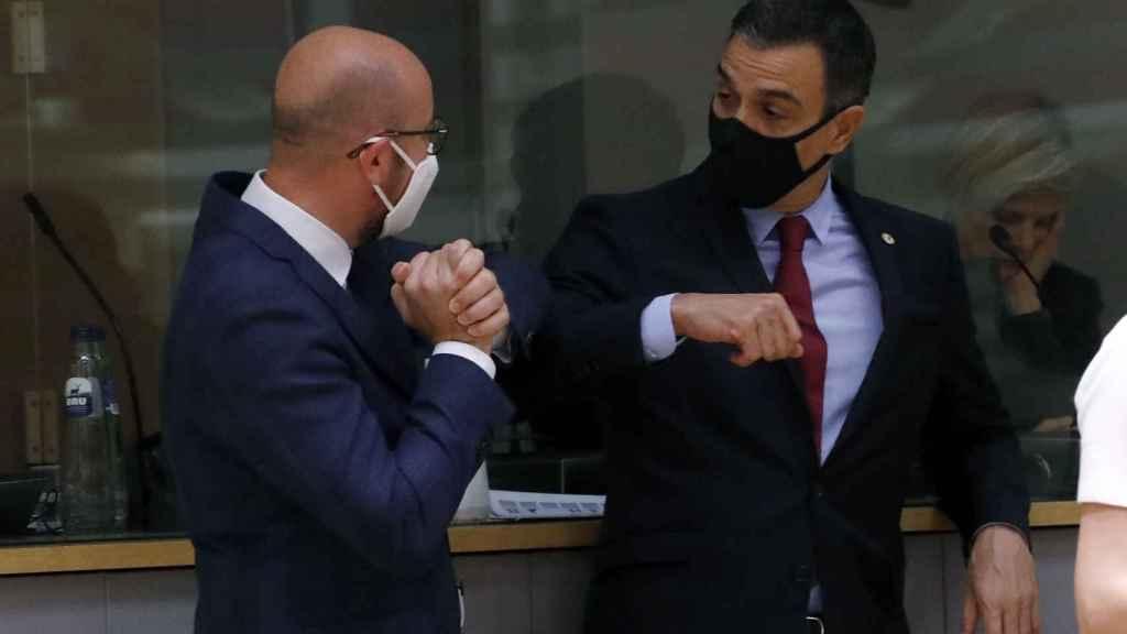 Pedro Sánchez saluda con el codo a Charles Michel