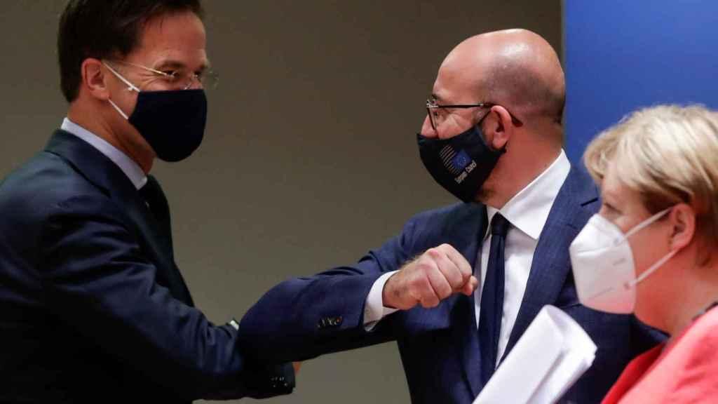 Charles Michel saluda a Mark Rutte durante un momento de la crisis