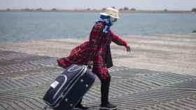 Una temporera marroquí en el Muelle Sur del Puerto de Huelva.