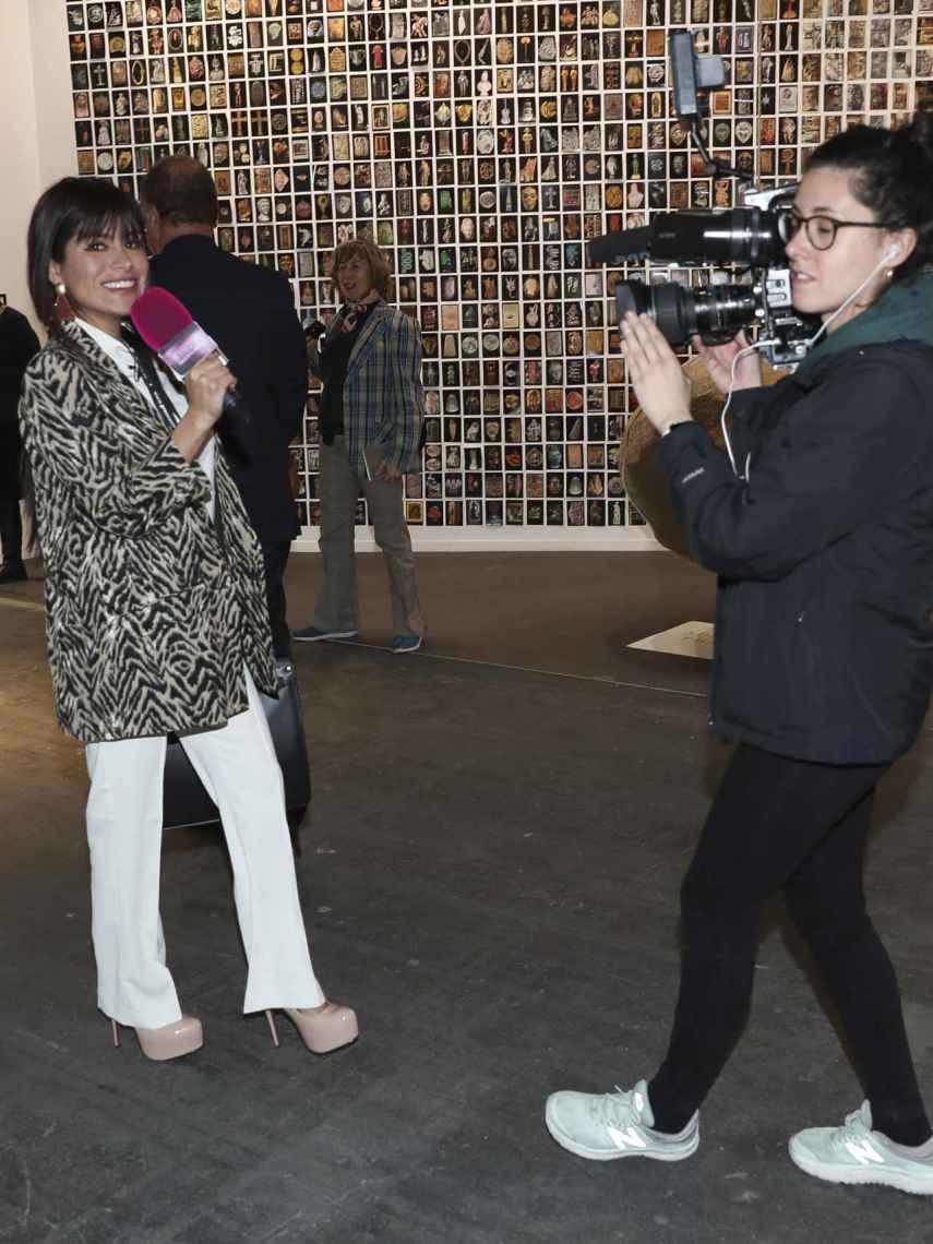 Miriam Saavedra haciendo un reportaje en ARCO.
