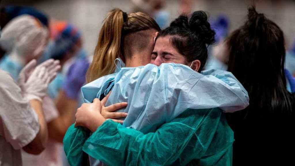 Dos sanitarias se abrazan tras el cierre del hospital de Ifema en Madrid. Foto: Gtres
