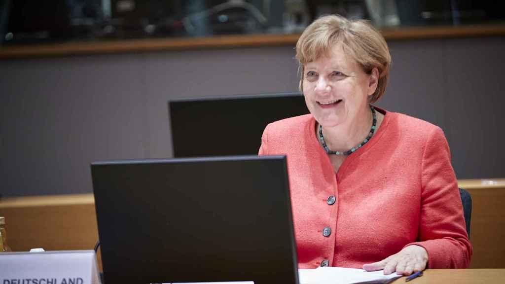 La canciller Angela Merkel, feliz durante la ratificación del acuerdo en la UE