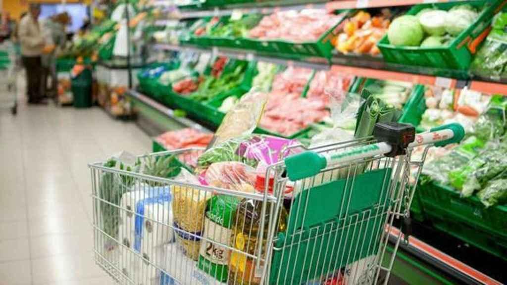 Un carrito de Mercadona lleno de alimentos.
