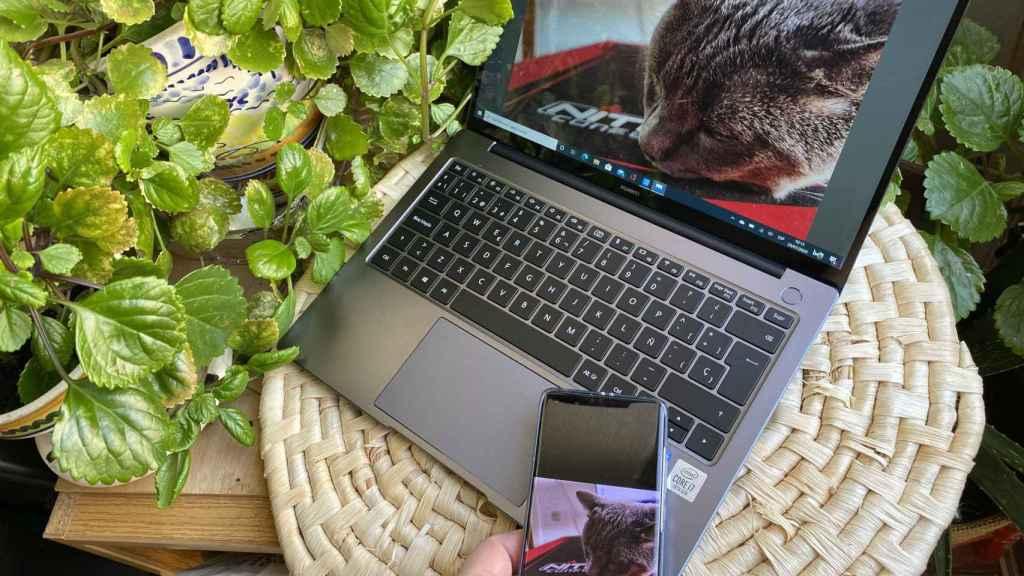 Con poner el móvil encima del Huawei MateBook, podemos pasar fotos y documentos