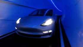 Un Tesla Model 3 en un túnel de Boring Company.