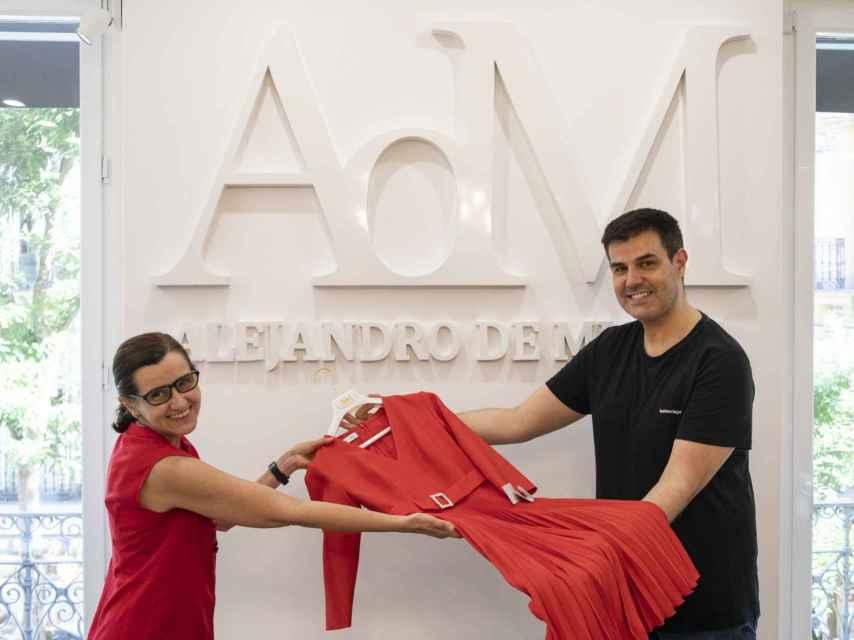 Alejandro de Miguel hace entrega del vestido a Montserrat García González.