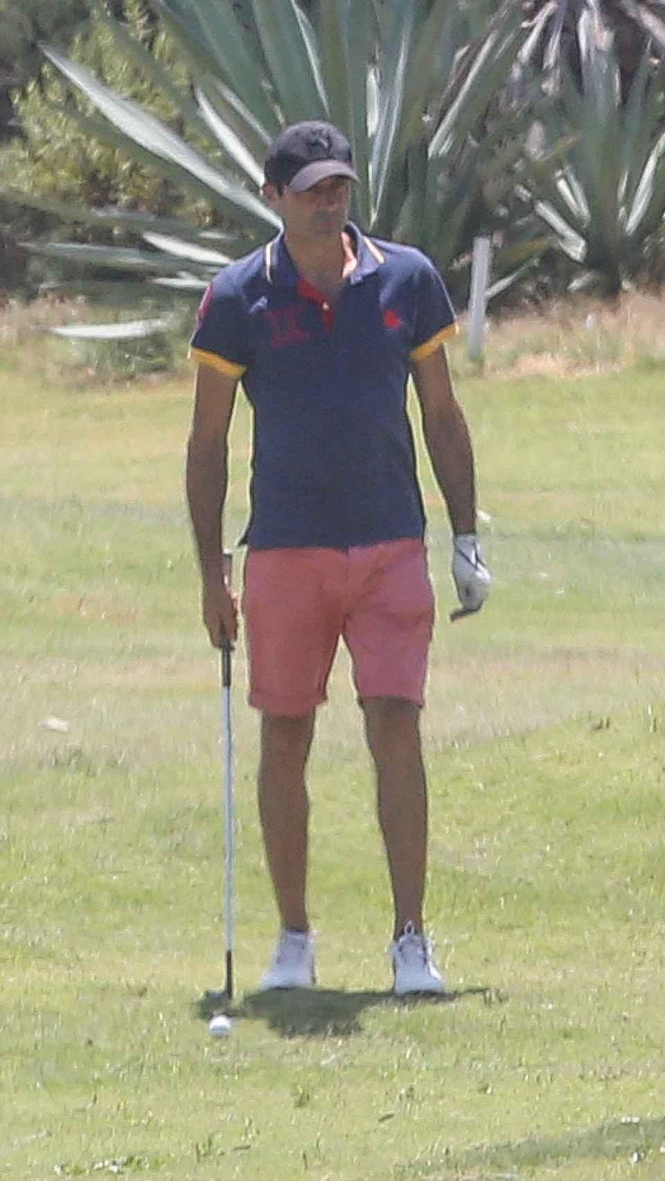 Enrique jugando al golf en Almería.