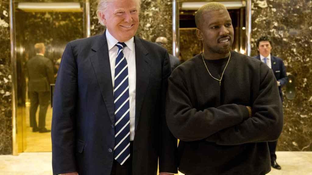 Kanye West felicitó en persona a Donald Trump tras llegar al despacho oval.