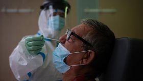 Un sanitario realiza una prueba PCR a un paciente en el CAP Raval Nord de Barcelona.