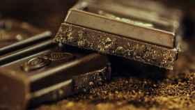 Varias onzas de chocolate negro.