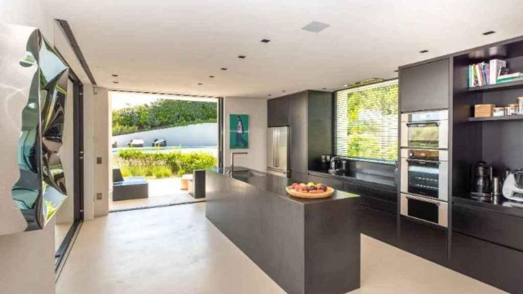 La cocina es abierta y combina a la perfección la modernidad con la elegancia.