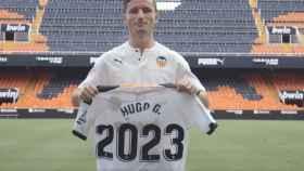 Hugo Guillamón, con la camiseta que anuncia su renovación