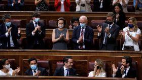 La bancada del PP aplaude a Teodoro García Egea tras su intercambio con Pablo Iglesias.