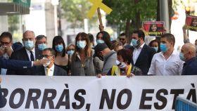 La diputada de JxCat Laura Borrás llega al Tribunal Supremo acompañada por un grupo de simpatizantes.