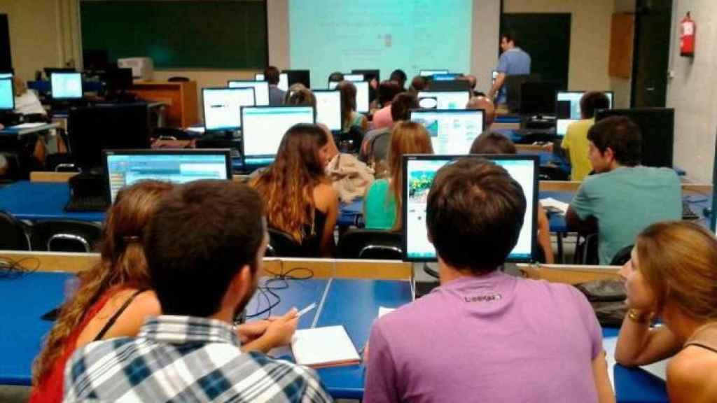 Un grupo de estudiantes de Formación Profesional, en un aula de informática.