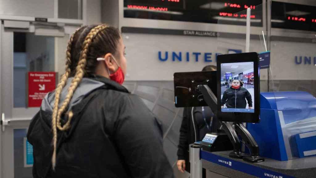 Una pasajera utiliza el reconocimiento facial para embarcar en un avión