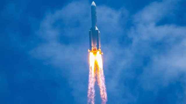 Cohete chino en pleno lanzamiento.