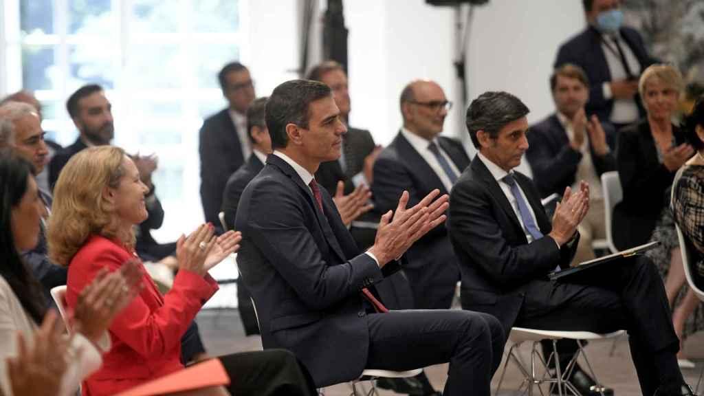 De izquierda a derecha, la vicepresidenta y ministra de Asuntos Económicos y Transformación Digital, Nadia Calviño, el presidente del Gobierno, Pedro Sánchez, y el presidente de Telefónica, José María Álvarez-Pallete.