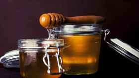 Unos recipientes repletos de miel.