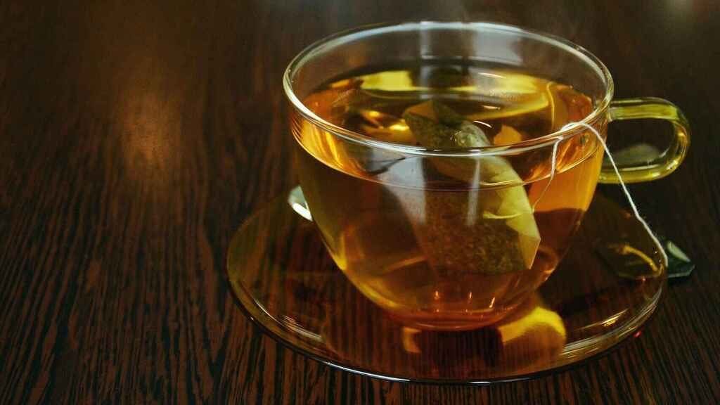Una taza de té lista para ser bebida.