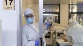 Varias enfermeras en la unidad de Cuidados Intensivos de un hospital.