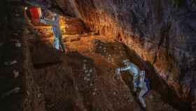 Expertos investigando la cueva del Chiquihuite en el estado de Zacatecas (México).