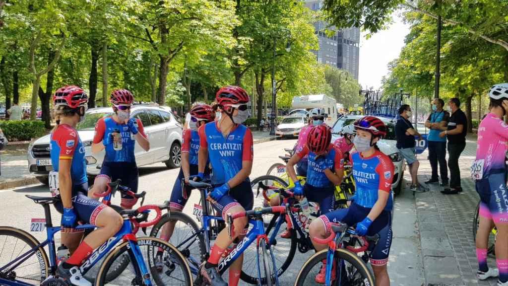 Ciclistas en la Emakumeen Nafarroako Klasikoa