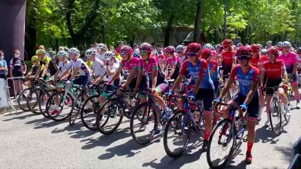 Ciclistas preparadas para tomar la salida en la Emakumeen Nafarroako Klasikoa