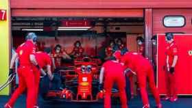 El coche de Vettel en el box de Ferrari