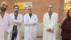 El equipo de investigadores de EvoEnzyme con Miguel Alcalde en el centro.