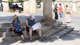 Unos turistas en las inmediaciones de la Catedral de Sevilla.