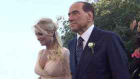 Silvio Berlusconi junto a Francesca Pascale, en 2017.