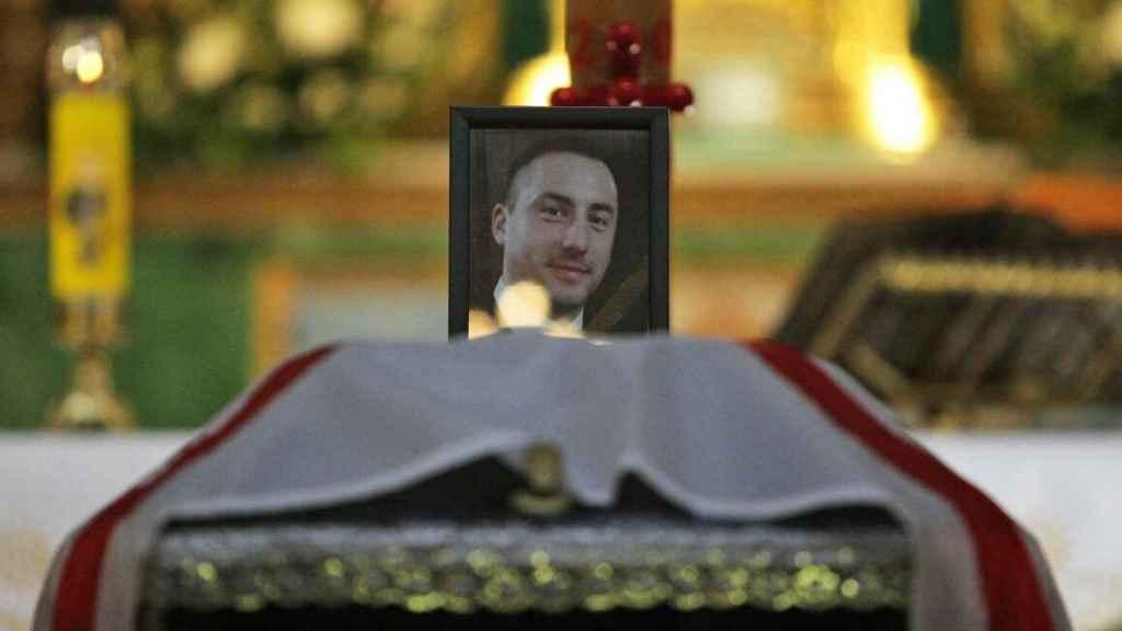 Retrato de Nikolay Ilin, el médico asesinado por los prorrusos. Imagen tomada durante el funeral, celebrado en la Concatedral de San Alejandro de Kiev.