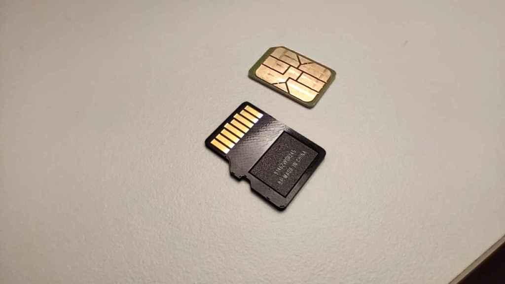 Arriba, tarjeta SIM; abajo, tarjeta MicroSD.