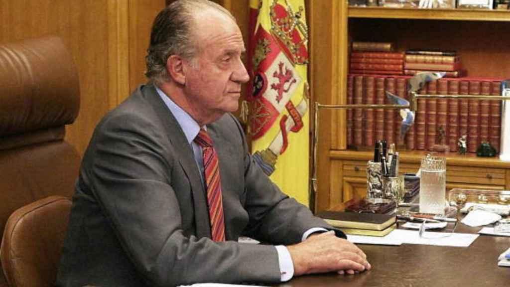Juan Carlos I, en el que era su despacho en el Palacio de la Zarzuela -ahora de su hijo-.