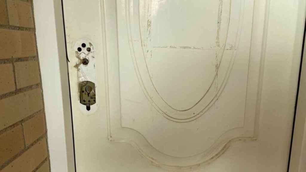 La cerradura de una puerta reventado por okupas, en una vivienda de Marinda D'Or.