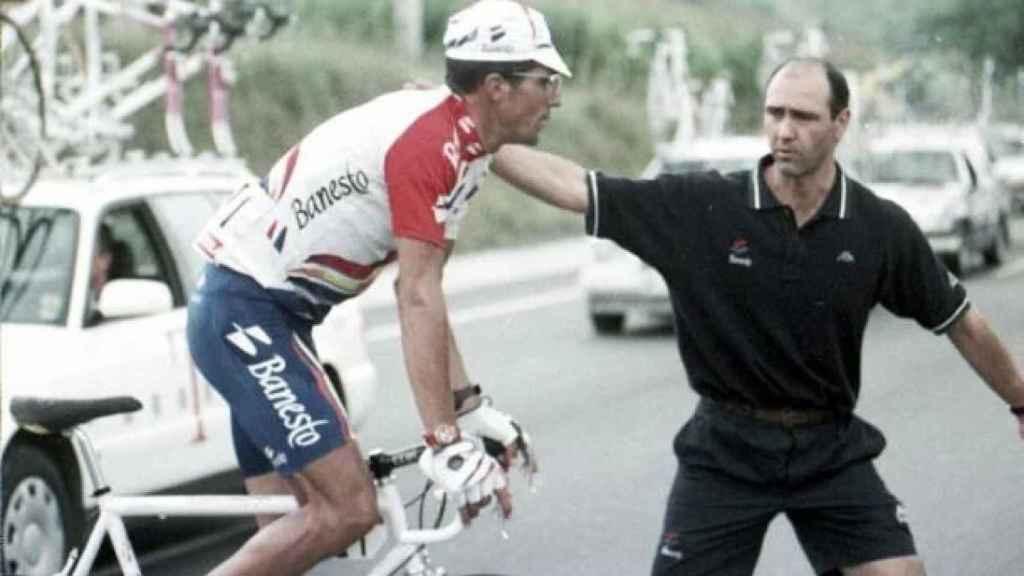 Momento en el que Miguel Indurain se retira de la Vuelta a España 1996