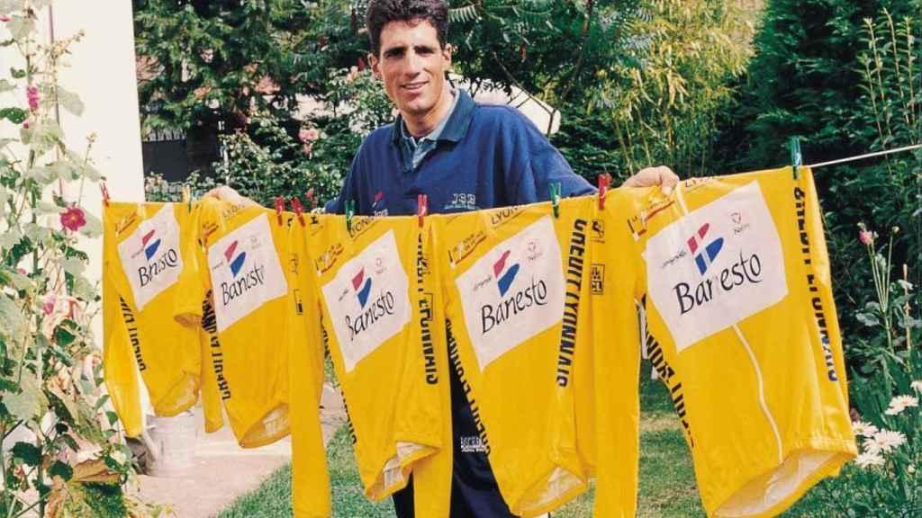 Miguel Indurain posa con los maillots amarillo de sus cinco Tours de Francia