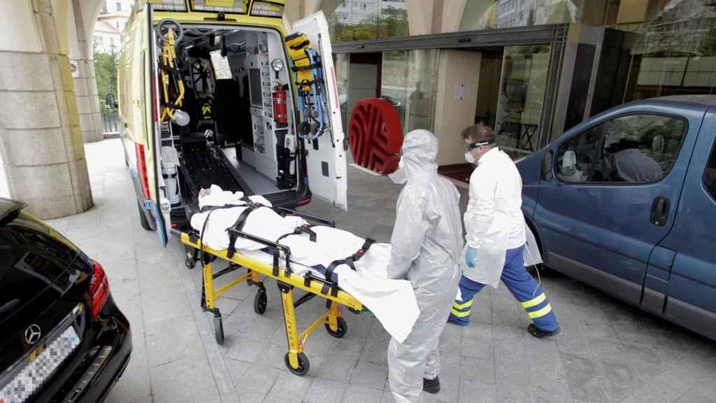 El jugador del Fuenlabrada, mientras era trasladado a un hospital de La Coruña