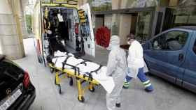 El jugador del CF Fuenlabrada infectado entrando al hospital