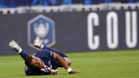 Mbappé, tendido en el suelo tras una dura entrada