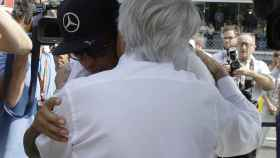 Bernie Ecclestone y Hamilton se abrazan