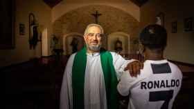 El Padre Antonio Casado con la mano sobre el hombro de su hijo.