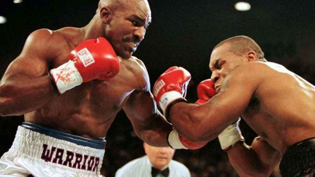 Mike Tyson y Holyfield durante un combate