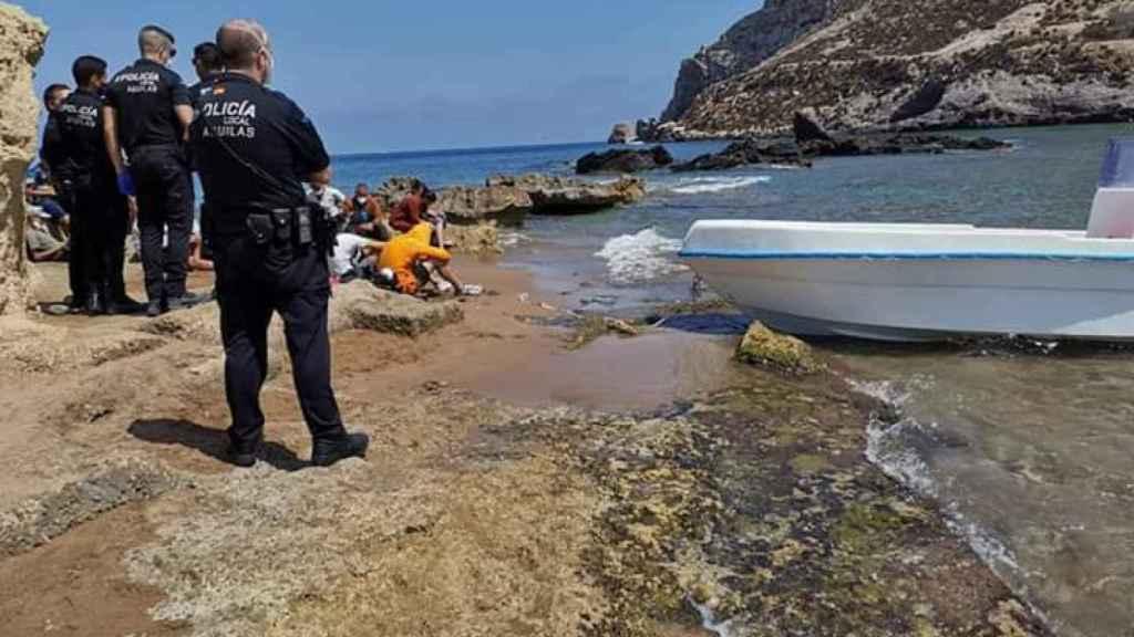 La Policía Local de Águilas custodiando a 24 irregulares llegados ayer al litoral murciano.